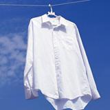 青空にワイシャツの洗濯物イメージ